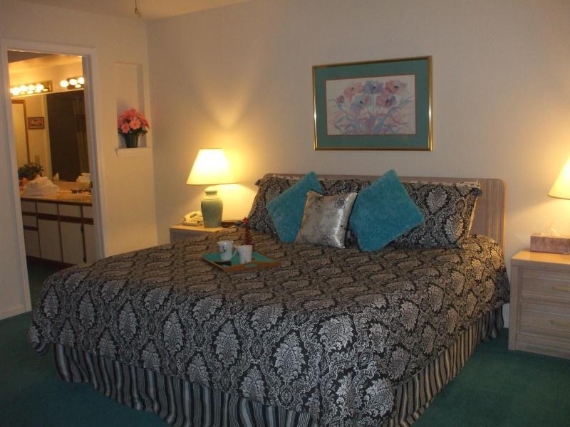 Master Bedroom (King)/Bathroom - *May $99/nt*By Strip*Walk-In*2 Kings*WiFi*Pools* - Branson - rentals