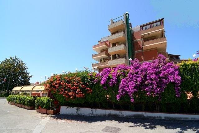Entrance of the residence - Seafront 1-room apartment with seaview in residence - Giardini Naxos - rentals