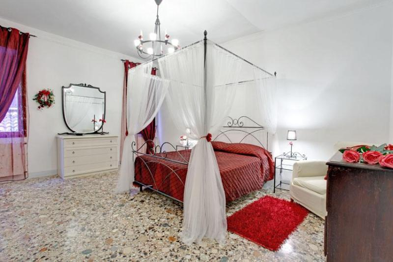 Master Room - Apartment Ca Del Nonno in Venice, near Santa Maria Formosa, 5 minutes to San Marco as well as to Rialto - Venice - rentals