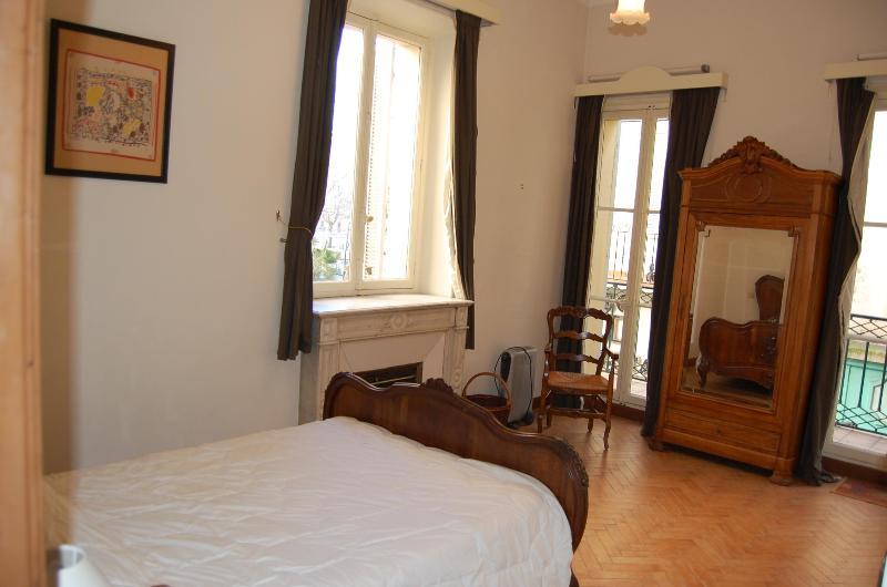 Master Bedroom - doors onto juliet balcony - Central Old Town Antibes -  3 Bedroom - Antibes - rentals