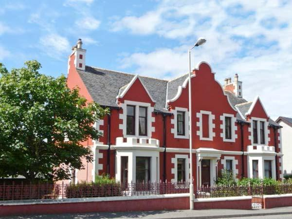 CAIRN DHU APARTMENT, ground floor, central location, parking and garden, in Stornoway, Ref 21471 - Image 1 - Stornoway - rentals