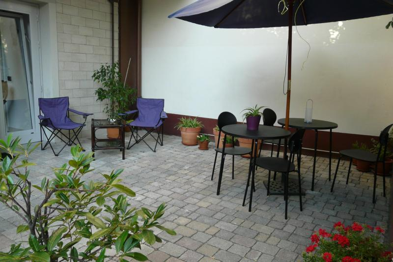 the courtyard - Romantic 1 Bedroom with Garden, Parking, and Wifi - Florence - rentals