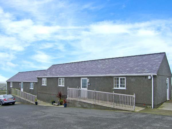 ASH single-storey, family-friendly, near to coast in Amlwch Ref 22496 - Image 1 - Amlwch - rentals