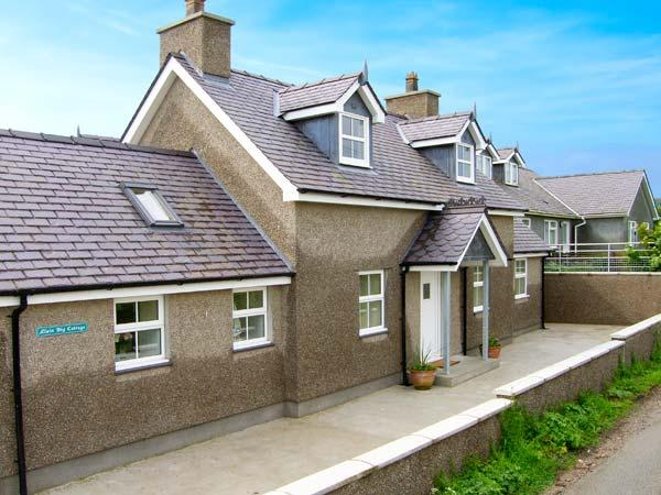 LLAIN BIG COTTAGE, detached cottage, wet room, enclosed patio, walks and cycle routes from door, near Rhosneigr, Ref 905047 - Image 1 - Rhosneigr - rentals