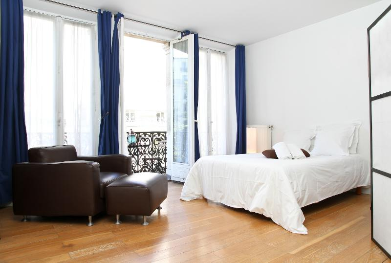 Second Bedroom (open plan room off of living/kitchen area and separated by a Japanese screen) - 02. PRESTIGIOUS APARTMENT - LUXURIOUS & CENTRAL - Paris - rentals