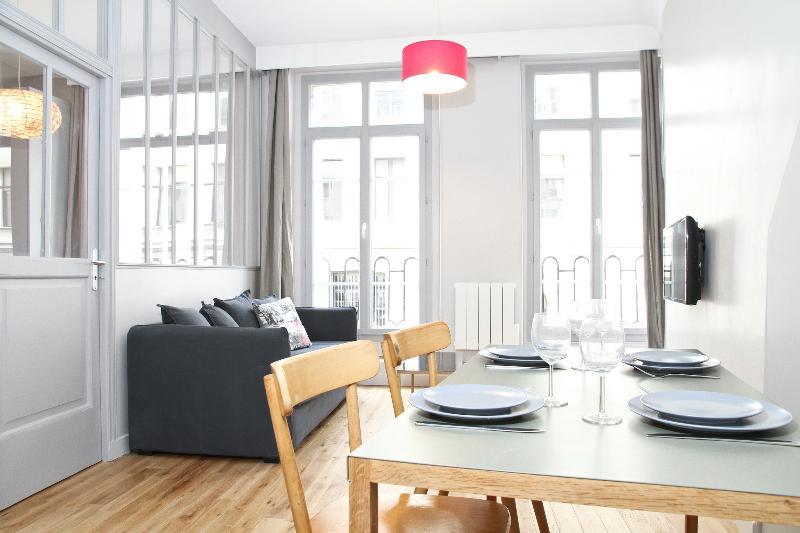 Sunny Living Room and Dining Area - 21. Steps from the Louvre – Sunny Balcony - Paris - rentals