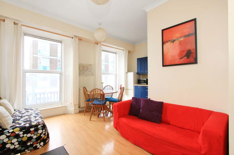 Lovely living area, perfect to relax after a long day visiting London! - QUEEN of HYDE PARK with Free Wi-Fi - Tube 1 min! - London - rentals