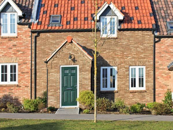 MEADOW VIEW, pet-friendly cottage on popular development, swimming pool, tennis, near beach, Filey Ref 19623 - Image 1 - Filey - rentals