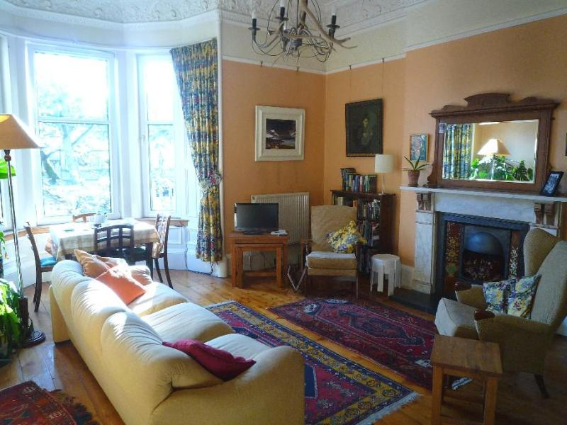 Living-room with bay window - Rosslyn: Spacious, quiet & central apartment - Edinburgh - rentals
