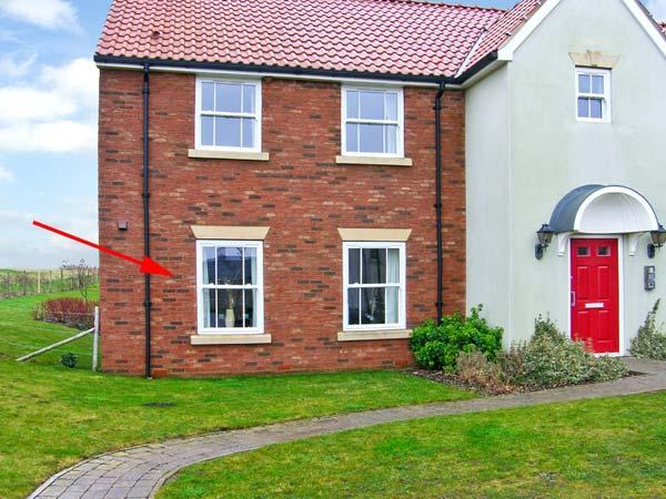 THE POPPIES, romantic self-catering apartment, shared on-site facilities, inc. indoor heated pool, off road parking, near Filey, Ref 21763 - Image 1 - Filey - rentals