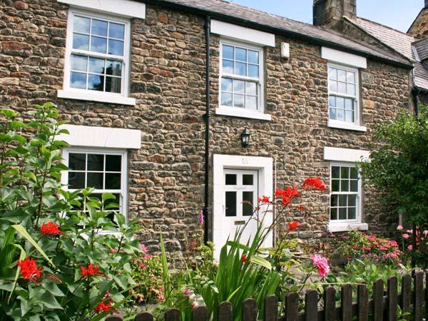 EASTFIELD, wonderful detached cottage, beams, close to shops, pubs and river, in Corbridge, Ref 22844 - Image 1 - Corbridge - rentals