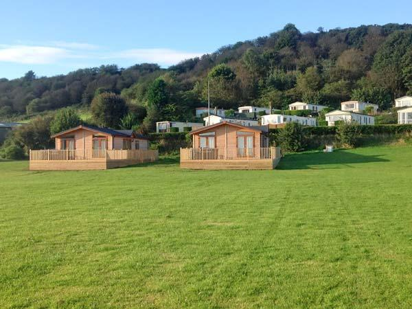 BRONTE hot tub, off road parking, shared lawns, in Scarborough, Ref 23232 - Image 1 - Scarborough - rentals