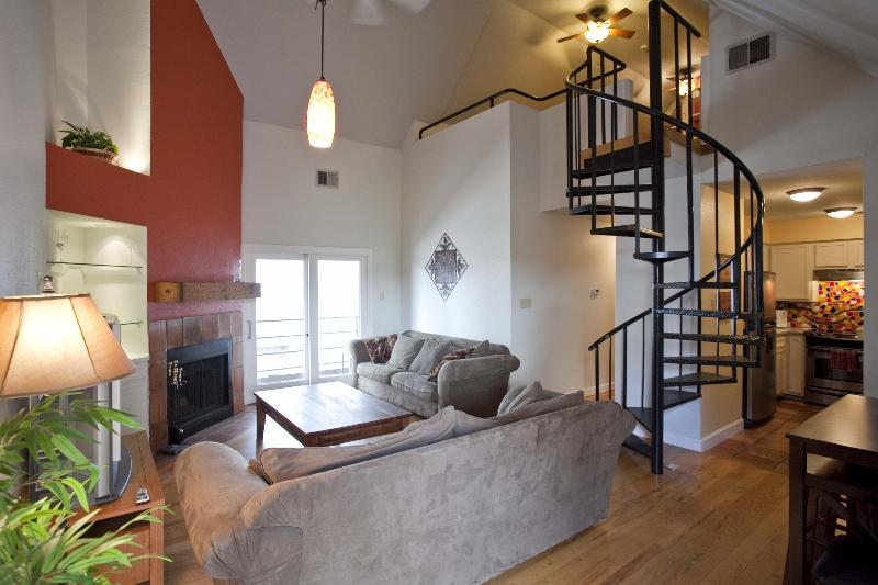 Great location sleeps 8! 2 blks to Conv. Ctr & 6th - Image 1 - Austin - rentals