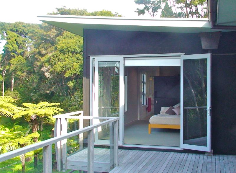 Double doors lead onto the deck overlooking the garden. - Oratia Bed and Breakfast - Auckland - rentals