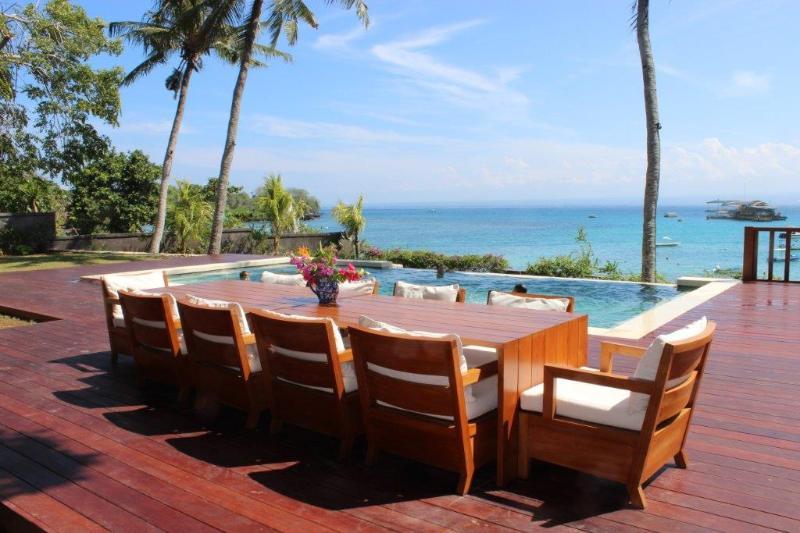 Dining table on the pool deck - Beautiful Absolute Beachfront Villa - Nusa Lembongan - rentals