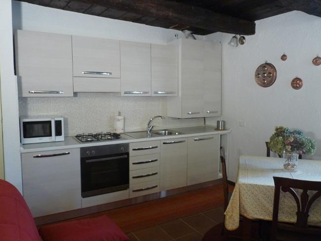 Kitchen/diner/living room. Kitchen with 4 burner hob, microwave, oven, dishwasher, fridge freezer - Apartment Horta in Orta San Giulio, Lake Orta - Orta San Giulio - rentals