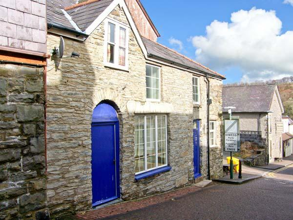 COBBLER'S COTTAGE, character cottage, village centre, close amenities, Llandysul Ref 23152 - Image 1 - Ceredigion - rentals