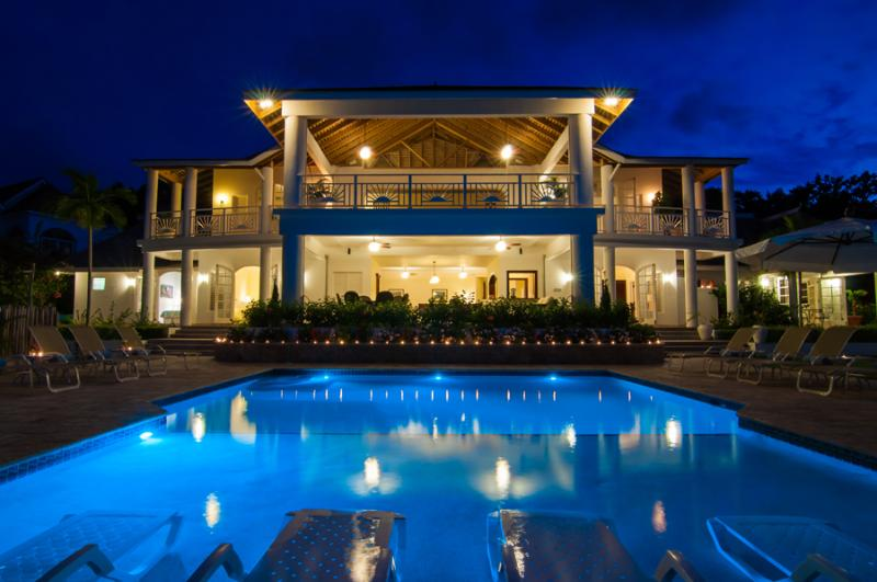 FAIRWAY MANOR is a 7-bedroom, 6,000-square-foot, fully-staffed deluxe private villa. Located in Spring Farm, it is in a neighborhood of other fine homes on the hill above Half Moon Bay. - Fairway Manor - Montego Bay - rentals