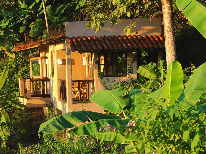 Main entrance and two balconies with ocean view - Villa Jakal, Ocean View Getaway, 150m to the beach - Santa Teresa - rentals