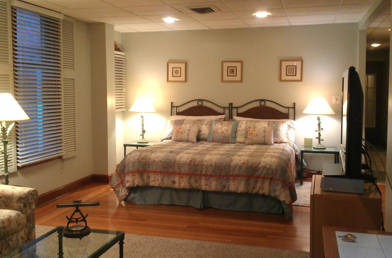 Bedroom - King Bed - Washington Square Studio Suite - Newport - rentals