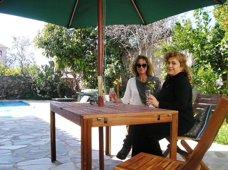 Al Fresco drinks in the garden - Lovely house, pool near Granada, beach & mountains - Granada - rentals
