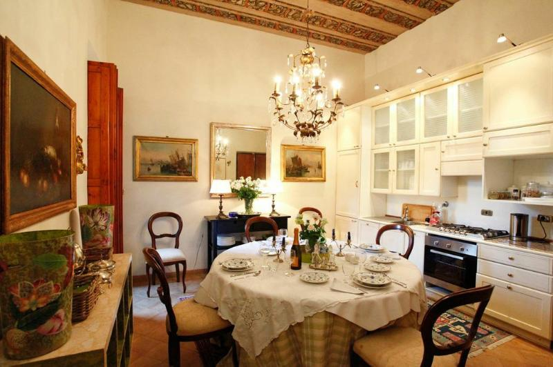 Stunning and elegant dining room and kitchen - Elegant Galleria apartment in historic Palazzo - Rome - rentals
