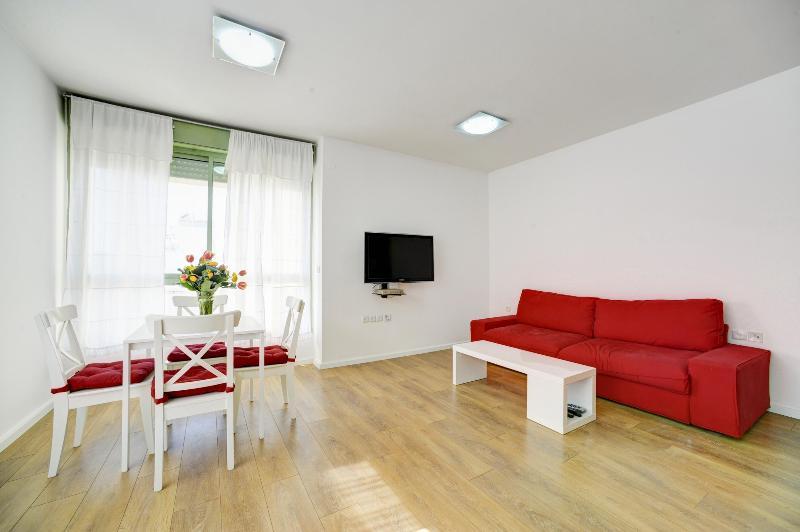 Living Room/dining room - Newly Renovated 1 Br 5 Min Hilton Beach - Tel Aviv - rentals