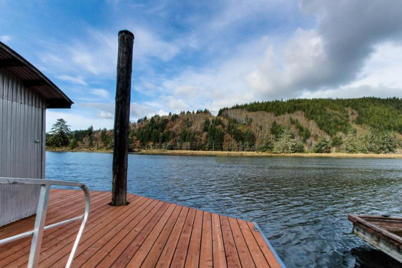 Riverfront Escape - Visit nearby Sea Lion Caves or Ripley's Believe it or Not! - Image 1 - Waldport - rentals