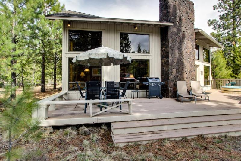 Cozy home with private hot tub, sleeps 8, SHARC access - Image 1 - Sunriver - rentals