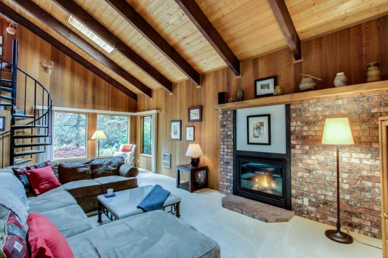 Spacious Mt. Hood lodge with backyard hot tub & zipline! - Image 1 - Rhododendron - rentals