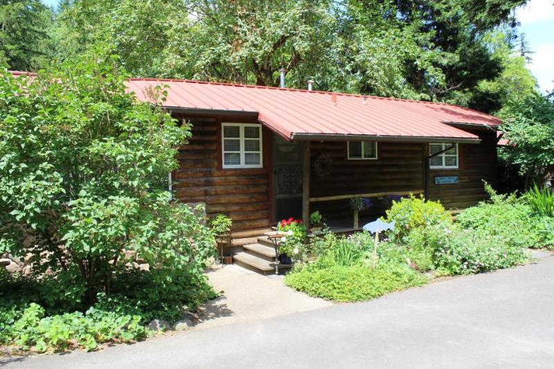 Riverfront and charming with an outdoor firepit - Image 1 - Molalla - rentals