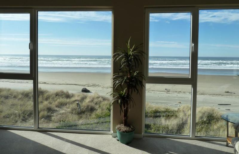 Pretty views of Pacific from pet-friendly, oceanside home - Image 1 - Rockaway Beach - rentals
