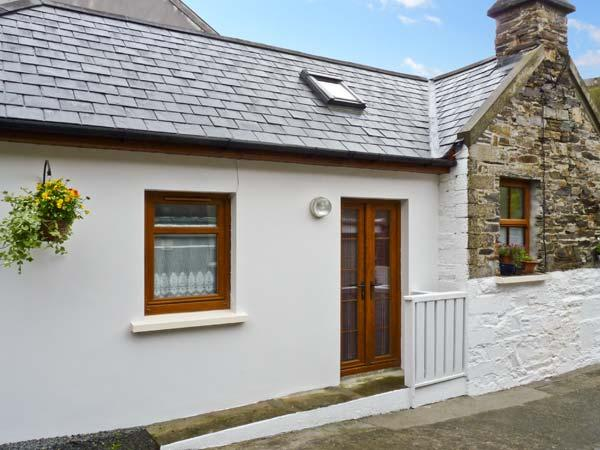 MOLLIE'S COTTAGE, multi-fuel stove, en-suite bedroom, a mile from the beach in Rosscarbery, Ref 22244 - Image 1 - Rosscarbery - rentals