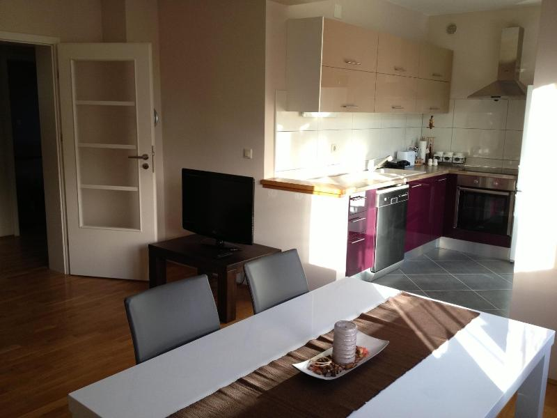 Dining area with view of kitchen - Apartment Mocire - Zadar - rentals