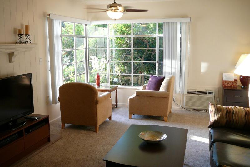 Living room seating area view into trees - 2 + 2 Glendale Quality and Comfort - Glendale - rentals
