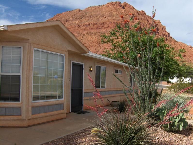 Front Yard and the Red Mountain - Ivins Red Mountain Views Vacation House - Ivins - rentals