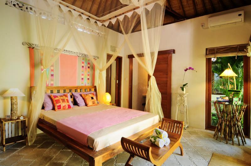 Air conditioned queen size bed in bungalow - Beautiful 3 Bedroom Villa in Legian, Close Beach - Seminyak - rentals