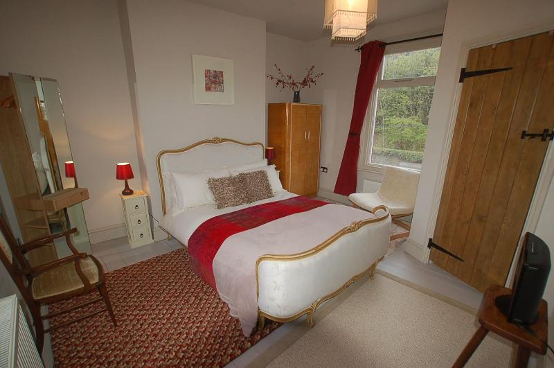Bed1: The Red Room (antique French double bed (with ensuite shower/wc/wash basin) - Simon's Cottage - Sheffield, Nr the Peak District - Sheffield - rentals