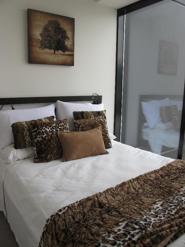 Bedroom.....double bed - Melbourne city....just off St Kilda Road....well w - Melbourne - rentals
