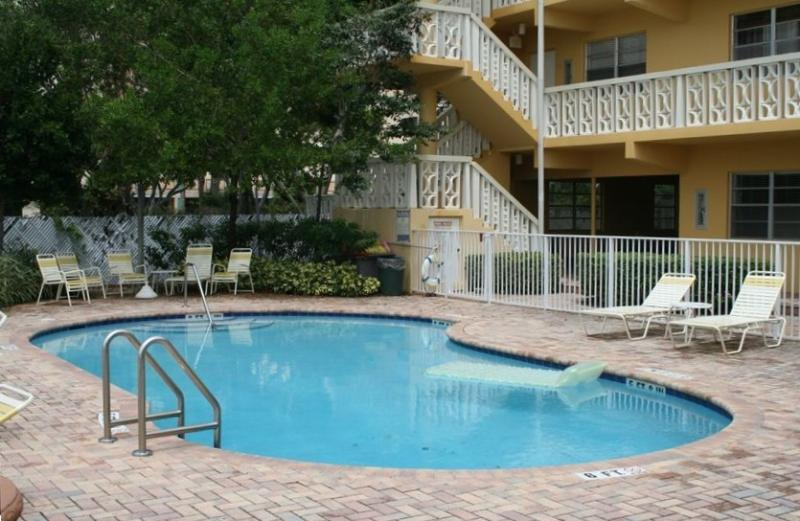 Community pool overlooking the beautiful Middle river - Waterfront Condo newly renovated walkable to beach - Fort Lauderdale - rentals