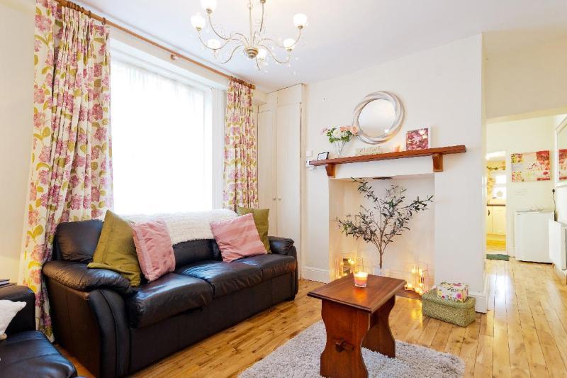 Living Room - The 'Grace Gifford' cottage, near Kilmainham Gaol. - Dublin - rentals