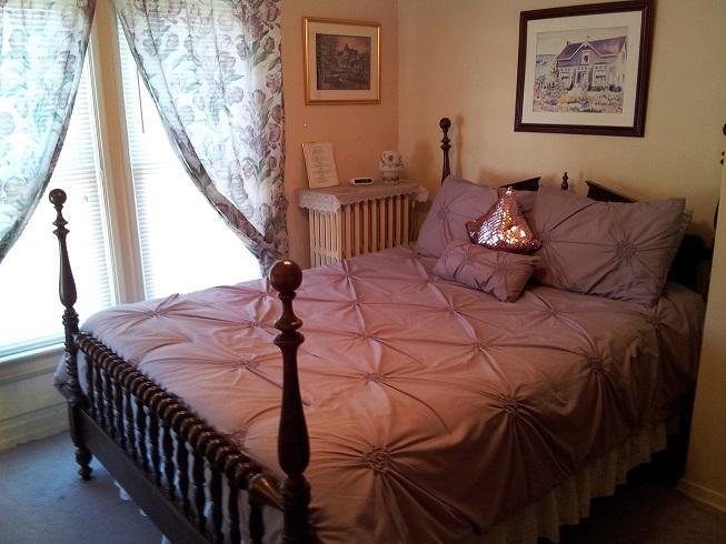 Antique Queen with Private Bathroom - Andrea's Bed and Breakfast Antique Queen Bedroom - Niagara Falls - rentals
