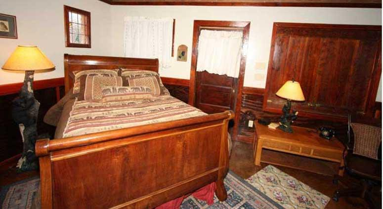 The Historic Bedroom - Black Bear Lodge - Fredericksburg - rentals