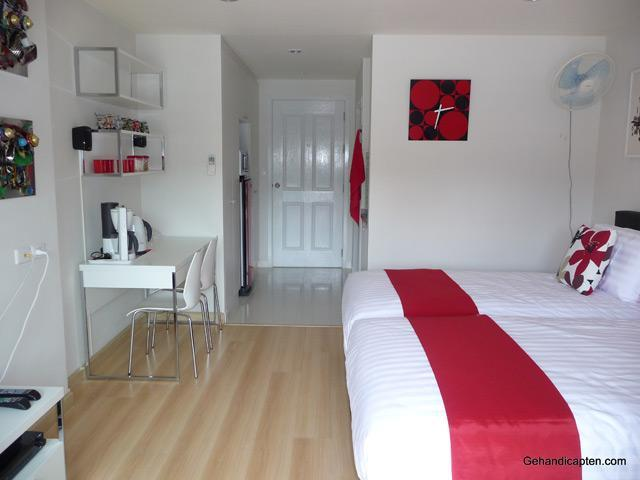 Studio74 centre Hua Hin, fan, clock, view towards entrance door. - Studio in centre, comfortable, clean, maintained - Hua Hin - rentals