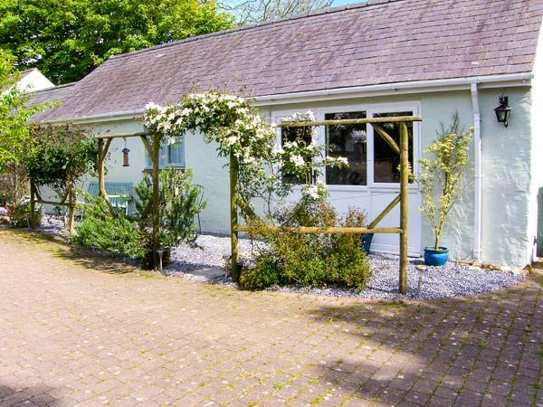 THE DUCK HOUSE, pet friendly, country holiday cottage, with a garden in Wolfscastle, Ref 4351 - Image 1 - Haverfordwest - rentals