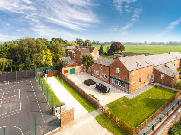 JAMES'S PARLOUR, family-friendly, swimming pool, fishing, play area, in Alkington near Whitchurch, Ref 14921 - Image 1 - Whitchurch - rentals
