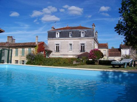 Façade arrière vue de la piscine - Chambres d'hôtes  en Dordogne - La Roche Chalais - rentals