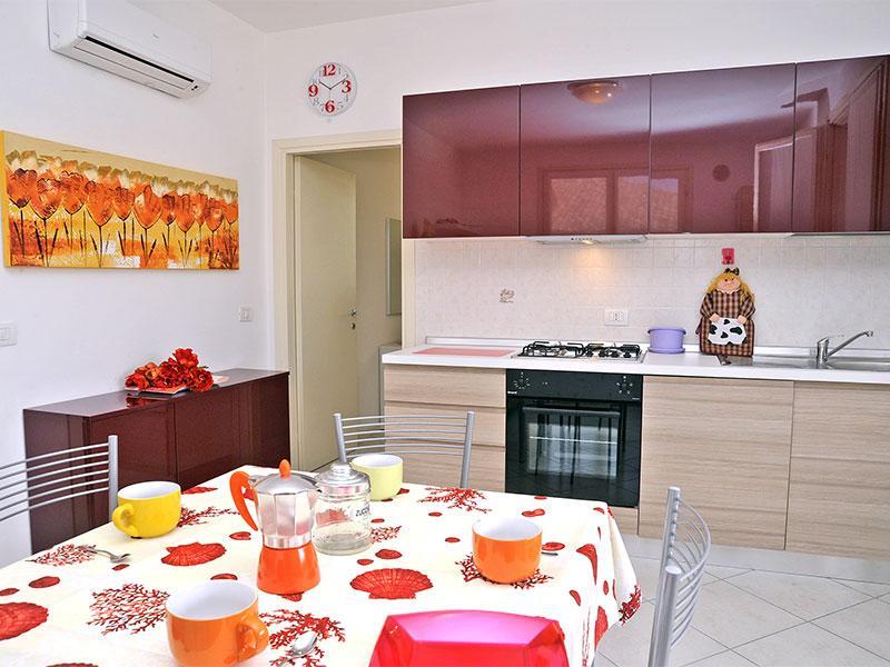 Soggiorno con cucina a vista - Porzione di Villetta a schiera p.terra con ampio patio - Lido delle Nazioni - rentals