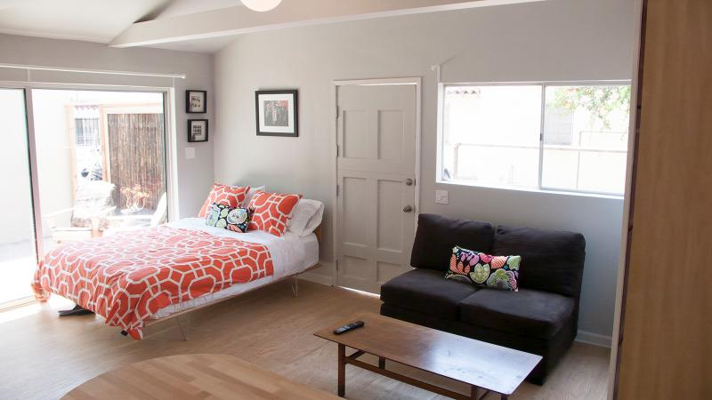 new comfortable queen bed with super soft sheets - Charming Studio in Silverlake/Atwater Village - California - rentals