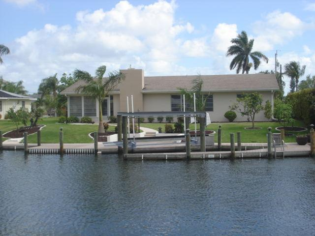 Back of the house - Attention Snowbirds-Retro-Vintage SW Cape Coral - Cape Coral - rentals